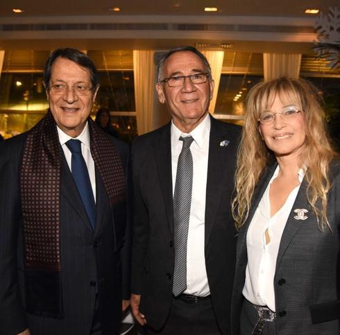 משמאל לימין: נשיא קפריסין ניקוס אנסטסיאדיס, ראש עיריית הרצליה משה פדלון ועפרה בל סגנית ראש העיר