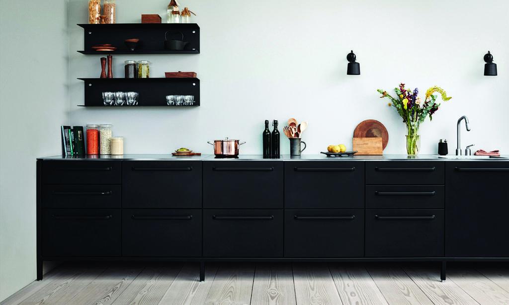 מטבח סקנדינבי במראה תעשייתי של המותג ,VIPP מורכב ממודולים עצמאיים המשתלבים בבית