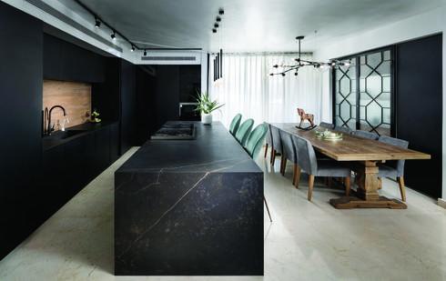 קוסנטינו. משטח DEKTON דגם קליה במטבח שעיצבה מעצבת הפנים אילת שבו בביצוע שיש כרמל