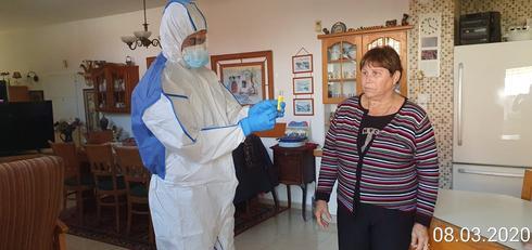 """פסיה במהלך בדיקת נציג מד""""א בביתה"""