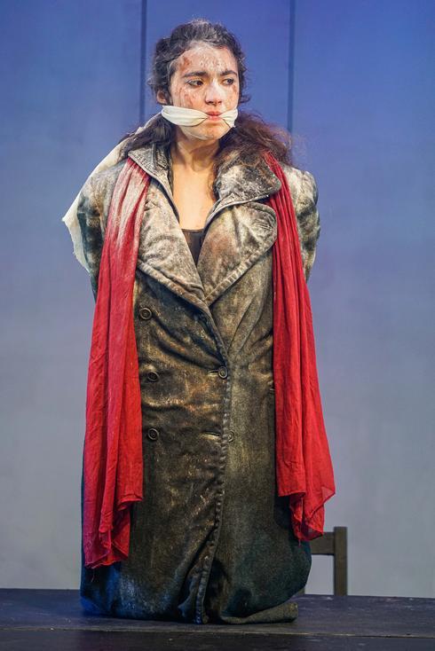 נעה אוחיון בתפקיד אנטיגונה בעיבוד בימתי עכשווי בהפקת בית הספר למשחק גודמן