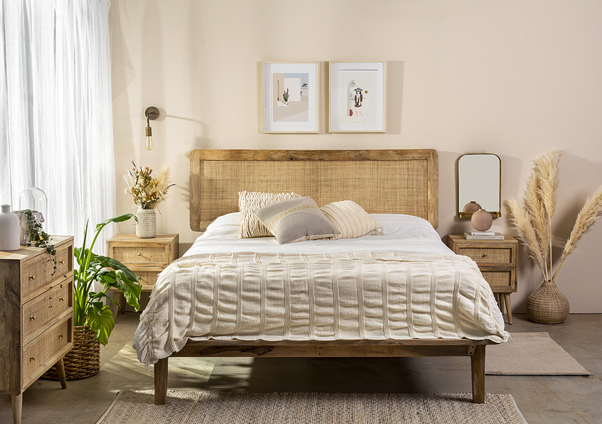 מיטה עץ מלא גב ראטן 5750 שקלים.להשיג ב-תומיק.