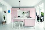 האי הגדול בין המטבח לבין הסלון מהווה את הלב הפעיל של החלל
