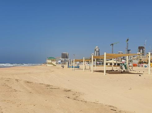 חוף ראשון לציון. מחוץ לתחום