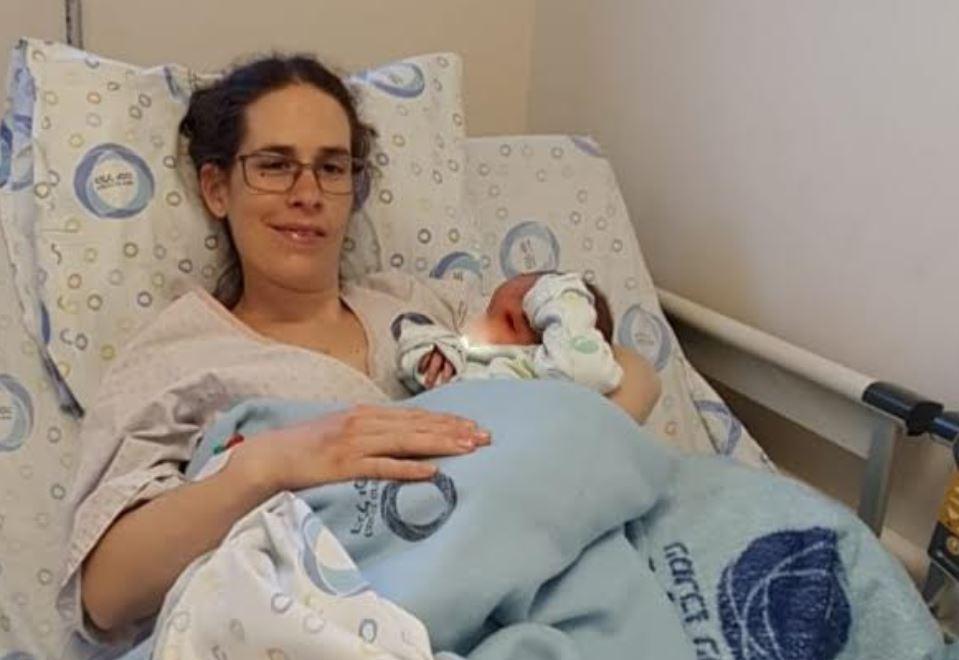 היולדת עם תינוקה הקטן בהלל יפה