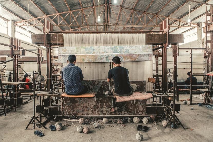 נפאל שנחשבת כיום למעצמה בתחום ייצור השטיחים, מייצרת שטיחים בעבודת יד מסורתית, במיומנות גבוהה, ללא שימוש בתהליכים מכניים. חברת CC-Tapis , להשיג בטולמנ'ס