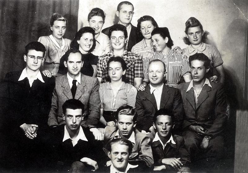 """חברי ה""""נאשה גרופה"""" בבוקרשט, רומניה יחד עם חברי """"הנוער הציוני"""" מרומניה לפני עלייתם, 1944."""