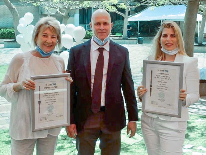 """ד""""ר מירב בן נתן, ד""""ר מיקי דודקביץ ותמר וכטר במעמד קבלת הפרס"""