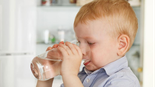 ילד שותה מים