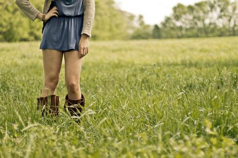 נערה עם חצאית
