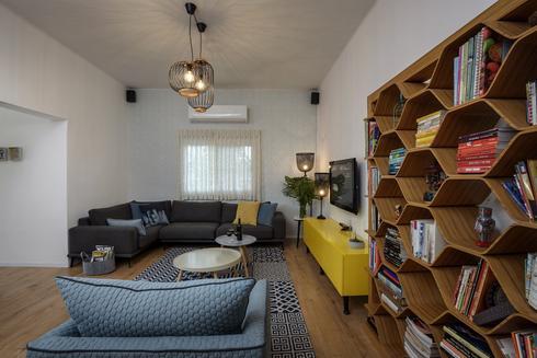 הסלון עם ספרייה בעיצוב אישי