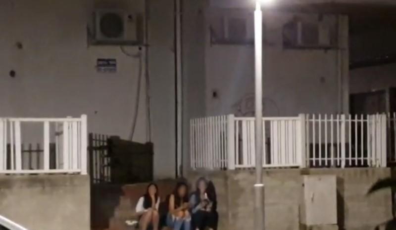 נערות מדברות ב-2 בלילה ליד פאב ובתי מגורים במכבים