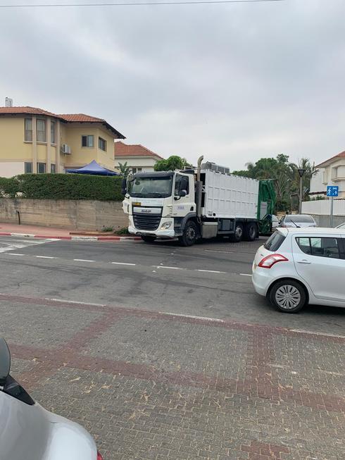 משאיות אשפה מעכבות את התנועה