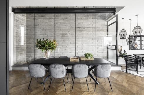שולחן עץ אלון מושחר עם רגלי ברזל וכיסאות מרופדים קטיפה