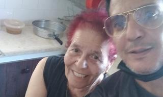 נתי לוי ואמו מכינים פיתות תימניות