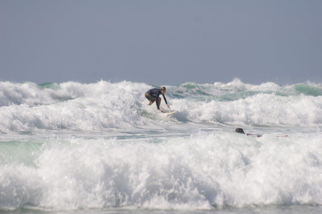גלישת גלים בחוף נתניה