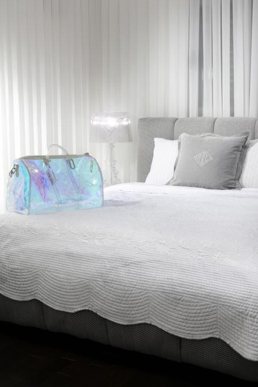 מיטה בהזמנה מיוחדת עם בד עשיר מבית מעצב העל ז'אן פול גוטייה