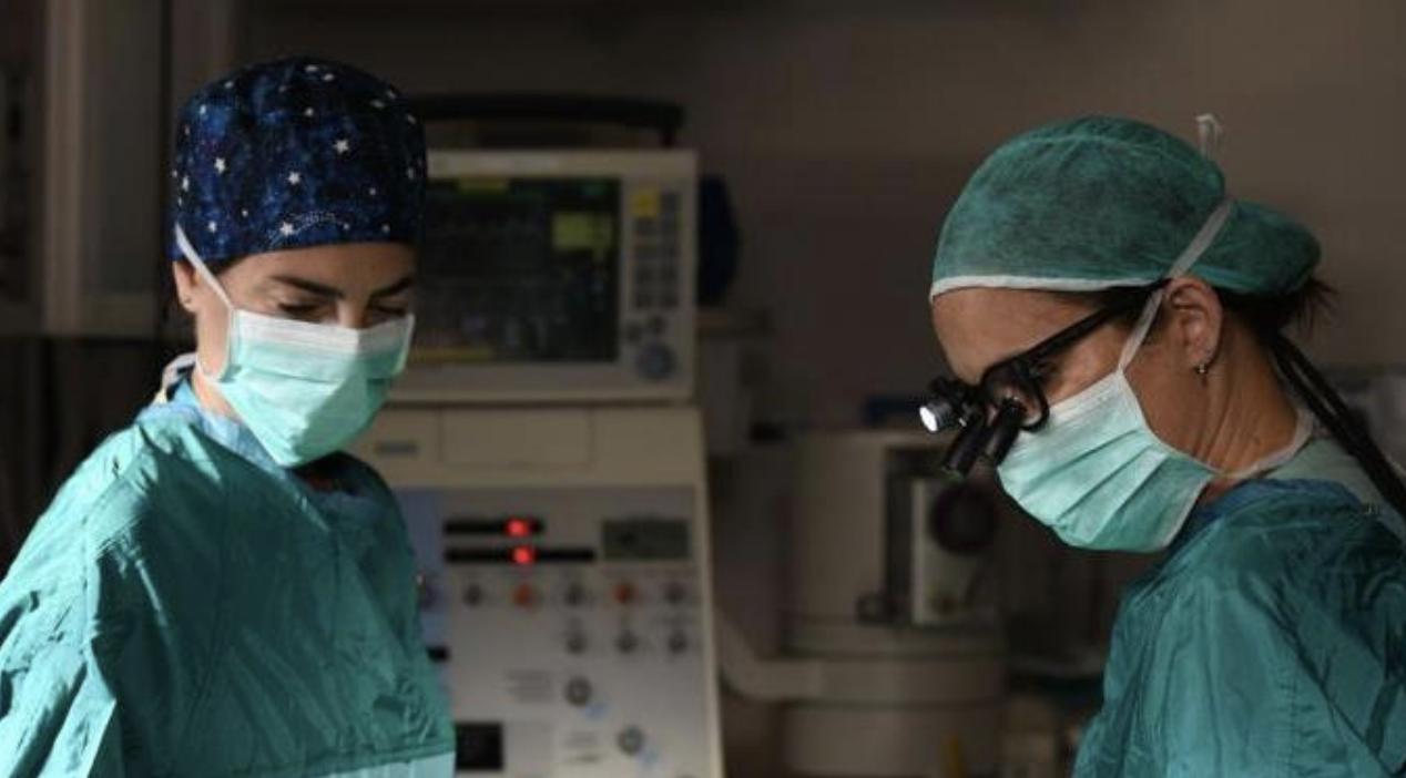 רופאים במהלך ניתוח