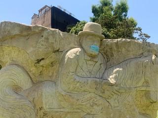 מסכה על הפסל בכיכר המייסדים