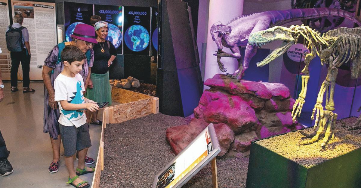 ילדים בפעילות ובתערוכת הדינוזאורים בפארק קרסו למדע