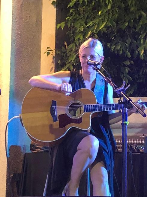 דנה ברגר בחצר ביתו של גבי קליין
