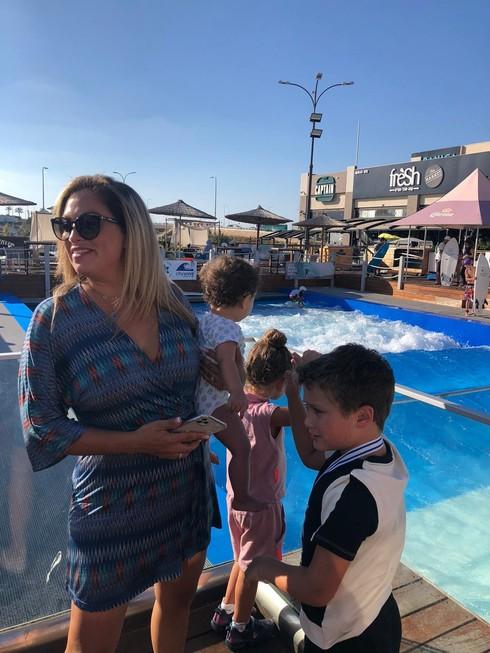 ליהיא גרינר והילדים במתחם מול החוף וילג'