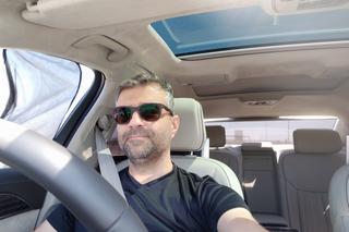 זוילי קובי בנסיעת מבחן של רכב יוקרה