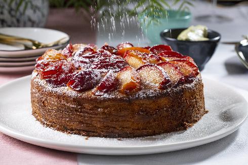עוגת שזיפים ודבש עם טריק לשזיפים שלא שוקעים