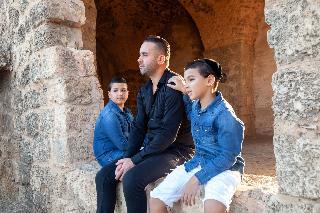 כוכבי בית הספר למוזיקה האחים עילאי וניתאי צרפתי עם הזמר אסף לוי