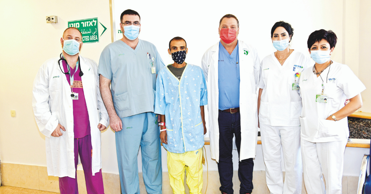 גיא בר עם פרופ' אביטל והצוות הרפואי של כירורגיה א'