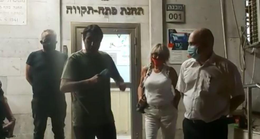 רן כרמי בוזגלו ביציאה מתחנת המשטרה