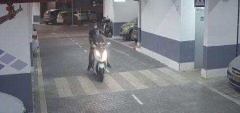 החשודים בגניבה חומקים עם האופנוע