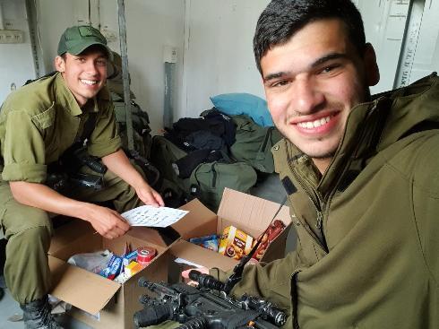 שניים מהחיילים שקיבלו חבילה