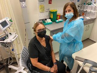 אחות ומטופלת במרכז ההתחסנות לשפעת במודיעין