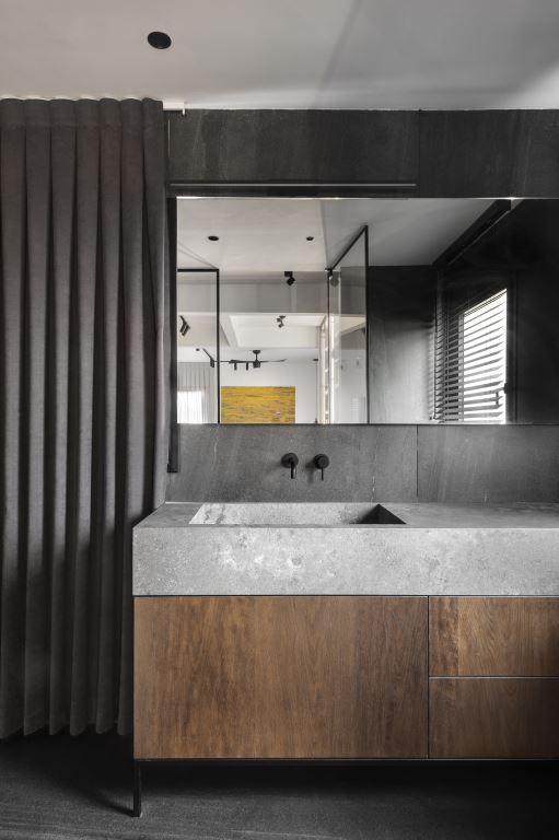חדר הרחצה של בני הזוג מודרני ומהוקצע