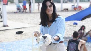 מגי אזרזר מנקה את החוף