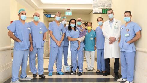 התינוקת נועה והצוות הרפואי בשניידר