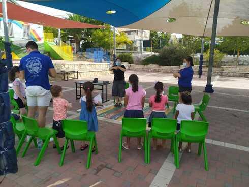 חברי תנועת דרור ישראל בפתח תקוה בפעילות עם ילדים