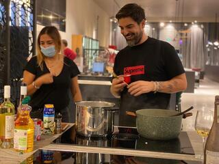 רותם כהן מבשל פסטה במטבחי אביבי בראשון לציון