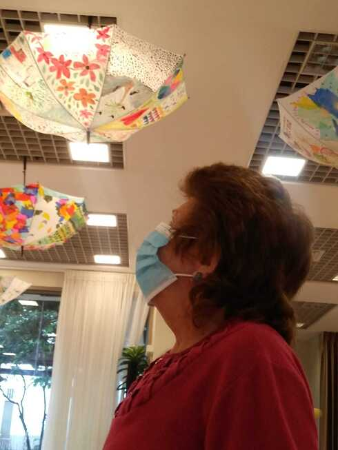 מציירות על מטריות