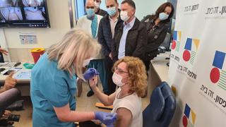 """ד""""ר ענת אנגל מקבלת את החיסון נגד קורונה"""