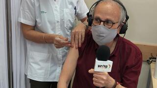 אתי זרביב, אחות ומרכזת חיסוני  קורונה מחסנת את חיים הכט, הבעלים של רדיו קול רגע