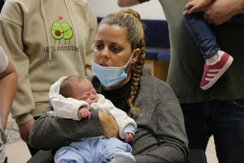 הדר מאירסון עם התינוק ובעלה
