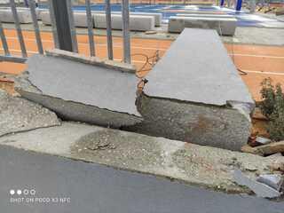 עמוד הבטון שהתרסק לתוך מגרש הספורט