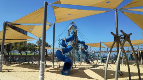 מתחם המגלשות הכחולות בחוף הריביירה