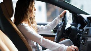 אישה צעירה נוהגת