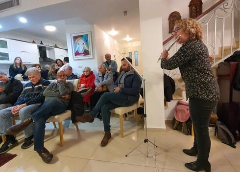רוני גולצמן מנגנת בחליל צד באירוע ההשקה
