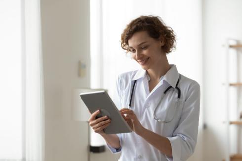 רופאה אישה אפליקציה טלפון נייד