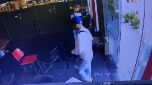 הגנב נכנס לבית הקפה