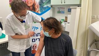 אורן קוזלובסקי מקבל מנת חיסון שלישית